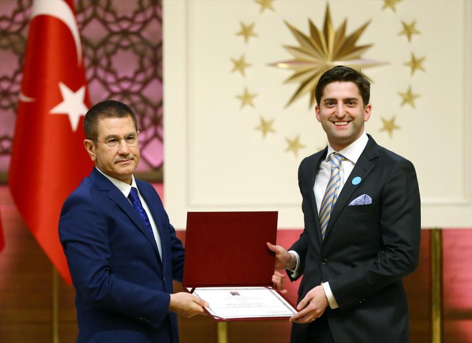 """<p>Başbakan Yardımcısı Nurettin Canikli, geçen yıl Cumhurbaşkanlığı himayesine alınan, """"Üstün Başarılı Genç Bilim İnsanı Programı (GEBİP) Ödülü, Bilimsel Telif ve Çeviri Eser Programı (TEÇEP) Ödülü ve Uluslararası Akademi Ödülleri""""nin verildiği, Cumhurbaşkanlığı Külliyesi'nde düzenlenen """"Türkiye Bilimler Akademisi (TÜBA) 2016 Ödülleri Töreni""""ne katıldı. Canikli, ödül kazananlara ödüllerini verdi.</p>  <p></p>"""