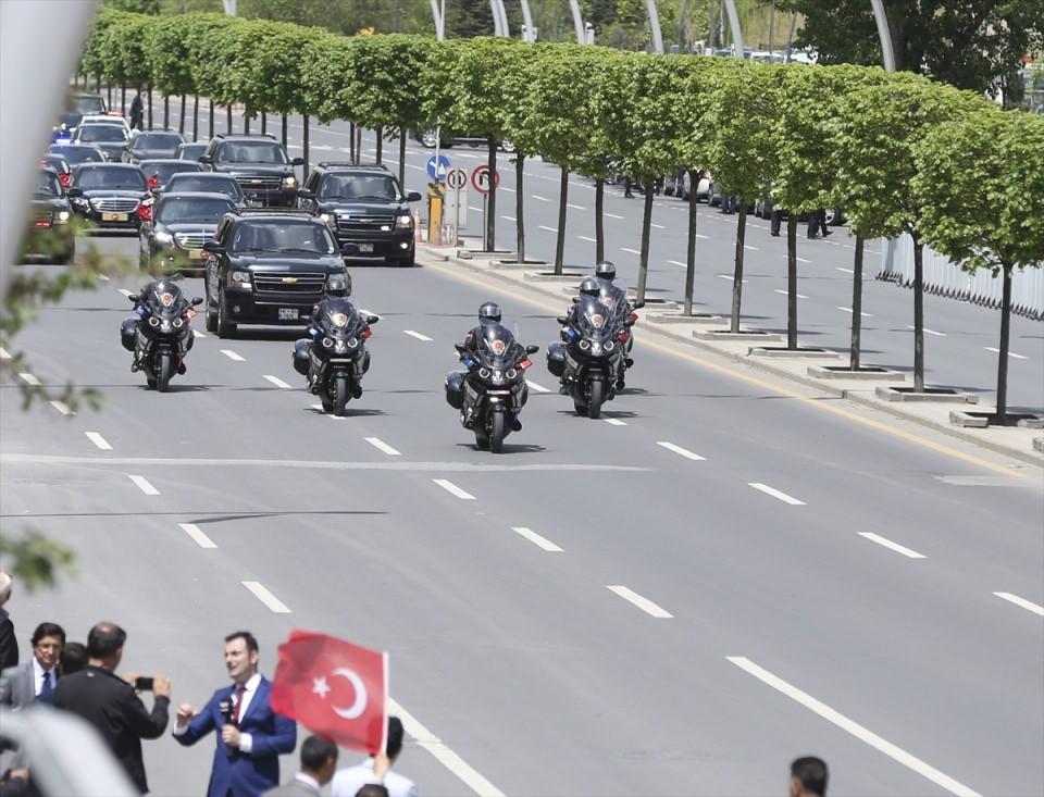 <p>Cumhurbaşkanı Recep Tayyip Erdoğan, Cumhurbaşkanlığı Külliyesi'nden çok sayıda aracın eşlik ettiği konvoyla 979 gün sonra tekrar üye olmak için kurucusu AK Parti Genel Merkezi'ne geldi.</p>  <p></p>