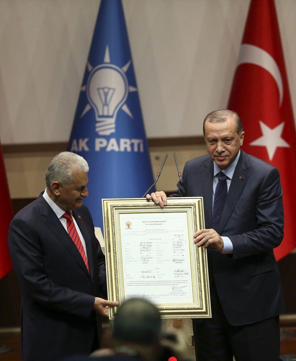 """<p>Cumhurbaşkanı Recep Tayyip Erdoğan, 16 Nisan'da halk oylamasıyla kabul edilen anayasa değişikliği ile """"Cumhurbaşkanı seçilenin partisi ile ilişiği kesilir"""" kuralının kaldırılmasının ardından parti genel merkezinde düzenlenen törenle AK Parti'ye üye oldu. Başbakan Binali Yıldırım, Cumhurbaşkanı Erdoğan'a kurucu üye beyannamesini hediye etti.</p>  <p></p>"""