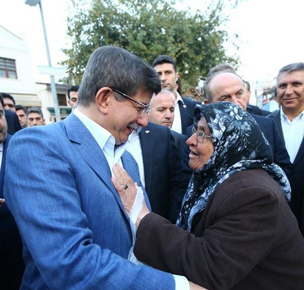 <p>Başbakan cami çıkışında ise basın mensuplarıyla bir süre sohbet ederek simit ikram etti. Beraberindekilerle birlikte Eyüp'te bir tatlıcıya geçen Başbakan Davutoğlu burada kahvaltı yaptı.</p>