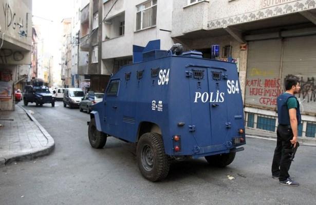 <p><strong>İstanbul'da 5 bin polisle dev operasyon!</strong><br /> <br /> İstanbul Emniyet Müdürlüğü Terörle Mücadele Şube Müdürlüğü ekipleri, kent genelinde 5 bin polisle hava destekli operasyon düzenledi.</p>