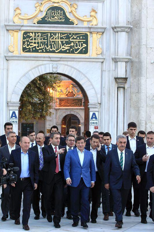 <p>Davutoğlu, sabah namazı için Eyüp Sultan Camisi'ne geldi. Burada sabah namazını kılan Davutoğlu'na, eski Gümrük ve Ticaret Bakanı Hayati Yazıcı ve İstanbul Büşükşehir Belediye Başkanı Kadir Topbaş eşlik etti.</p>