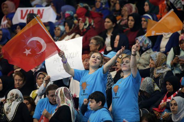<p>Ankara Arena Spor Salonu'nda saat 10.00'da başlayan AK Parti 2'nci Olağan Kongresi için partililer erken saatte salona geldi.</p>