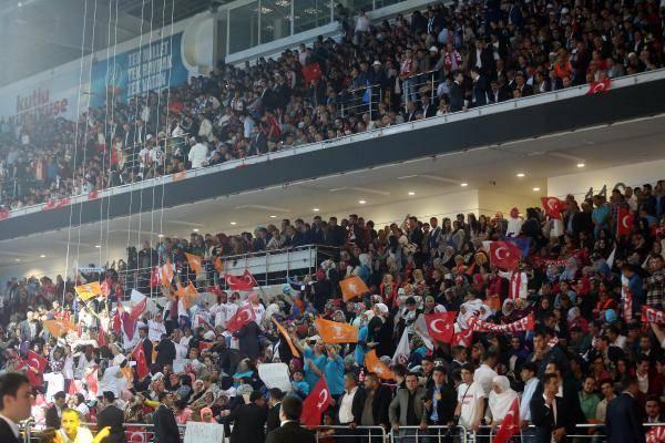 <p>Türkiye'nin dört bir yanından gelen ve tribünleri dolduran çok sayıda partili slogan atarak Uğur Işılak'ın çalan şarkıları eşliğinde tempo tuttu.</p>