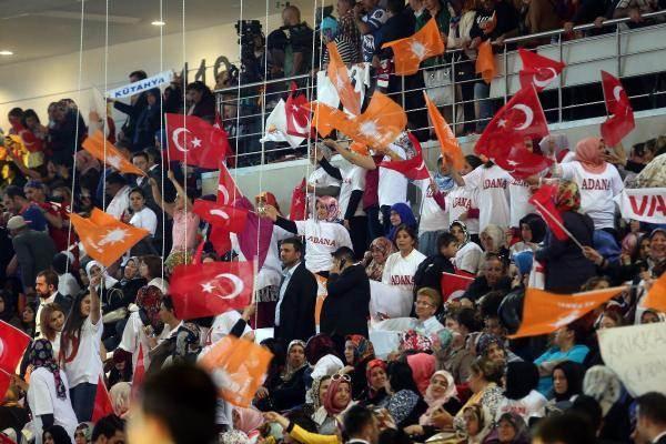 <p>Salona giren milletvekillerinden bazıları, ellerinde Türk bayrağı ve Parti bayraklarını taşıyan AK Partilileri selamladı.</p>