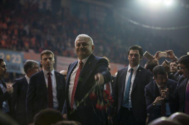 <p><strong>LİDERLERE ŞARKILAR</strong></p>  <p>Binali Yıldırım kongre salonuna girerken Dombra şarkısı çalarken, Ahmet Davutoğlu'nun girişinde de Ahmet Hoca şarkısı çalındı.</p>
