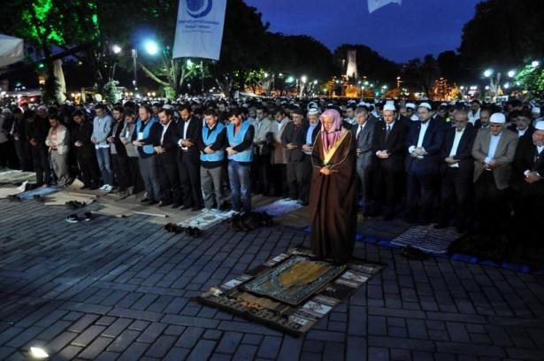 """<p>Anadolu Gençlik Derneği, """"Seccadeni al da gel"""" sloganıyla """"Sabah Namazında Ayasofya Camii'nde buluşuyoruz"""" etkinliği düzenledi.</p>  <p></p>"""