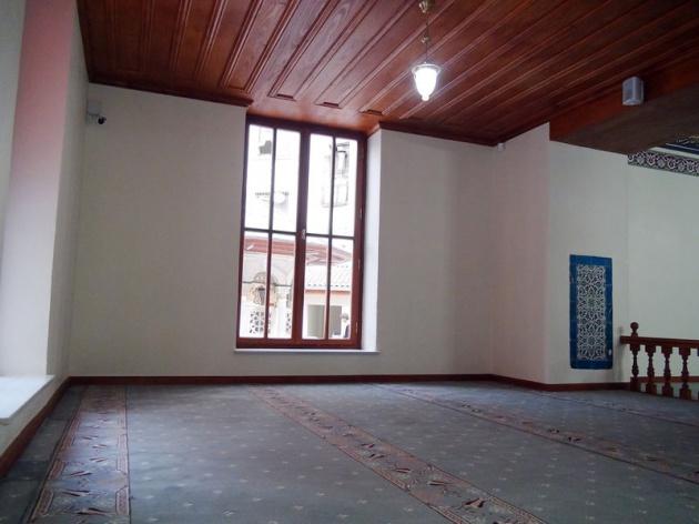 Caminin avlusunda Mimar Sinan tarafından yapılan bir şadırvan yer alıyor.