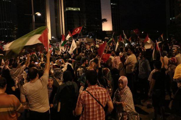 <p>İnsan Hak ve Hürriyetleri (İHH) İnsani Yardım Vakfı, Özgür-Der ve Memur-Sen öncülüğünde İsrail'in İstanbul Başkonsolosluğu önünde toplanan binlerce kişi, Gazze'ye yönelik saldırıları protesto etti.</p>
