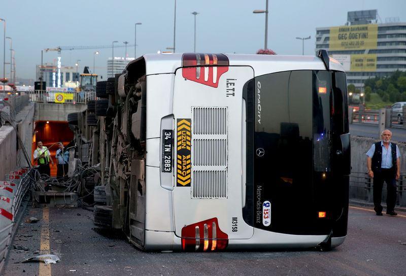 <p>İstanbul'da Zincirlikuyu-Avcılar seferini yaparken kontrolden çıkan metrobüsün manevra alanına devrilerek yan yatması sonucu 2'si ağır 10 kişi yaralandı.</p>  <p></p>
