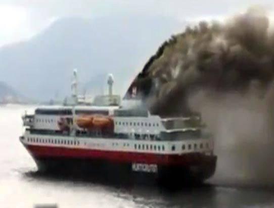 <p>Korfu Adası yakınlarında bulunan feribottaki yangın, araba güvertesinde başladı. 'Norman Atlantic' adlı feribotun tahliye edilmesi talimatı verildi.</p>  <p></p>