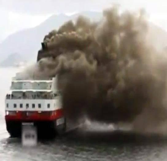 <p>Kötü hava koşullarıyla şiddetli dalga ve rüzgar nedeniyle kurtarma çalışmaları aksadığı belirtiliyor.</p>