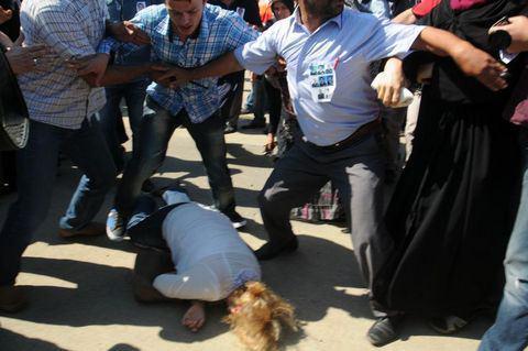 """Bingöl'ün Karlıova ilçesinde Çevik Kuvvet Polislerini taşıyan servis minibüsünün geçişi esnasında yola döşenen mayının patlatılması esnasında hayatını kaybeden 8 polis memurundan biri olan Trabzonlu polis memuru Umut Yıldırım'ın naaşı Trabzon'a geldi. Havalimanında yapılan tören esnasında bir kadın Çevre ve Şehircilik Bakanı Erdoğan Bayraktar ve milletvekilinin yanında protokolde bulunanlara """"Bu ülkeyi ne hale getirdiniz"""" diye bağırınca şehit yakınları tarafından darp edildi. Şehit yakınları """"Bu provakatör"""" diye bağırarak kadını linç etmek istediler."""