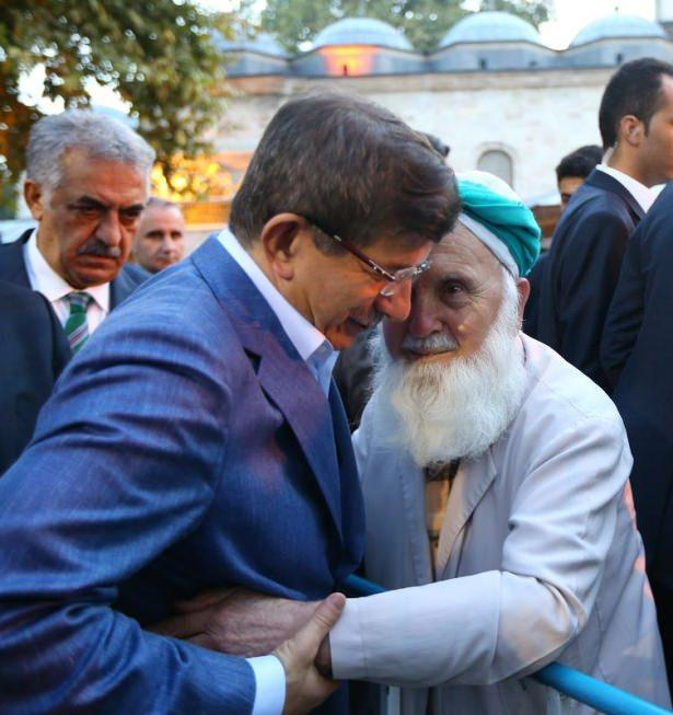 <p>Sabah namazını Eyüp Sultan Camii'nde kılan Başbakan Davutoğlu daha sonra geçtiğimiz aylarda restorasyonu tamamlanarak ziyarete açılan Eyyub El Ensari Hazretleri'nin türbesini ziyaret etti.</p>