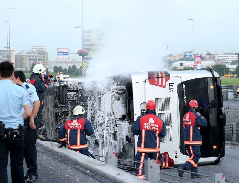 <p>Alınan bilgiye göre, Zincirlikuyu-Avcılar seferini yapan 34 TN 2883 plakalı metrobüs, Cevizlibağ'da kontrolden çıkarak bariyerlere çarptı.</p>