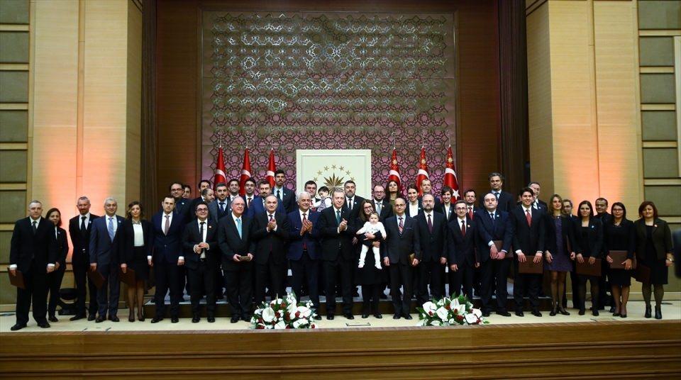 <p>Cumhurbaşkanı Erdoğan, toplu fotoğraf çekimi esnasında ödül alan İmren Hatay Patır'ın çocuğu Belinay Patır'ı kucağına aldı.</p>