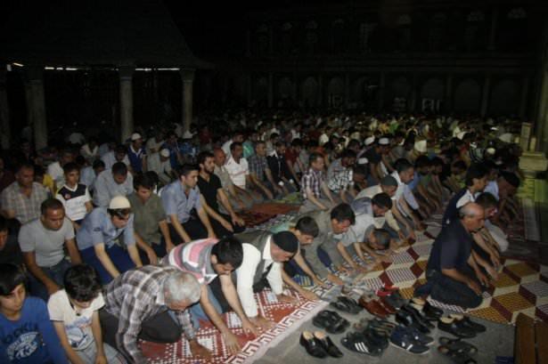 Kadir Gecesi'nde eller duaya kalktı