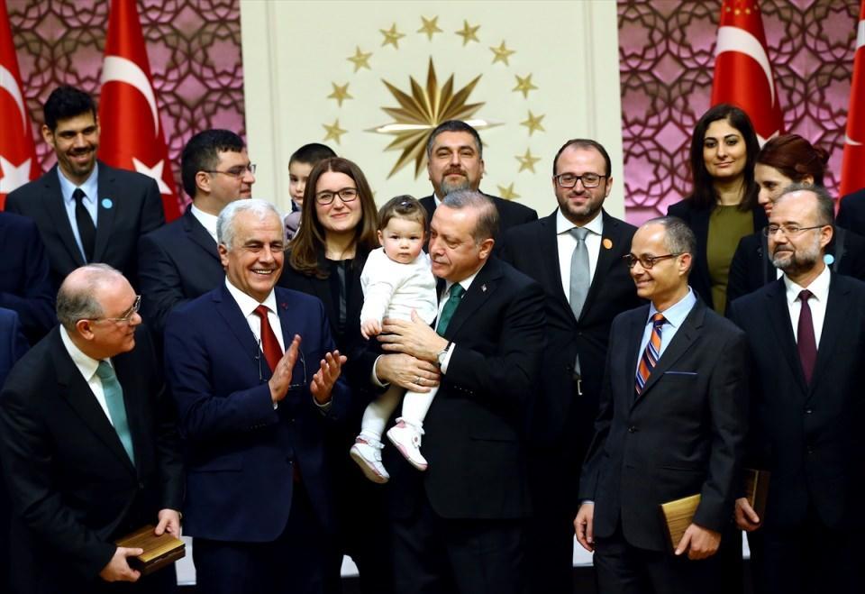 <p>Ulaşım alanında Marmaray, Avrasya Tüneli, Yavuz Sultan Selim Köprüsü ve Osman Gazi Köprüsü ile atılan adımlarda Türkiye'nin kendi bilim ve teknoloji anlayışını, dünya bilim ve teknoloji anlayışıyla birleştirdiğini belirten Erdoğan, bu eserlerin hizmete sunulmasından duyduğu mutluluğu bildirdi.</p>  <p></p>