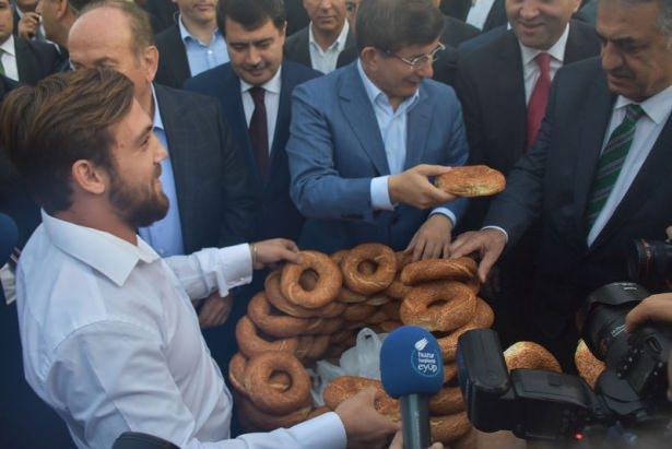 <p>Kahvaltı sonrasında ise Başbakan Sütlüce'deki AK Parti İl Başkanlığı'na geçti.</p>