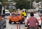 İstanbul'da trafikte bahşiş için yaptıkları kan dondurdu: Bahşiş için cama asılarak gittiler