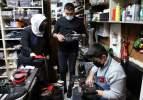 Aile boyu ayakkabı tamir ediyorlar