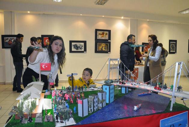 <p>Zonguldak'ın Ereğli ilçesinde 'Milli Birlik ve Beraberlik' projesi kapsamında 15 Temmuz darbe girişimi ve sonrasına ilişkin öğrenciler tasarladıkları maketleri sergiledi.</p>