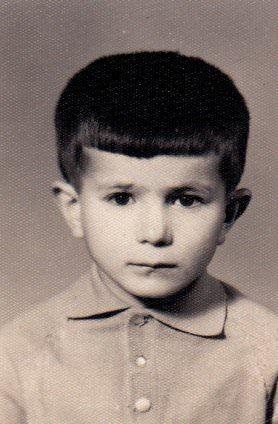 <p>Prof.Dr. Ahmet Davutoğlu, İstanbul Erkek Lisesi ve Boğaziçi Üniversitesi'ndeyken, aktivitelere katılan sosyal bir genç değil, kitaplara gömülmüş, Batı ve Doğu kültürü arasında bir sentez bulmaya çalışan tipik bir akademisyen adayıydı.</p>
