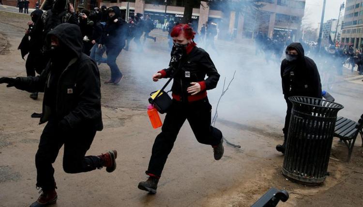 <p>Trump'ın yemin töreni öncesi, siyah giymiş maskeli protestocular, mağazaların ve restoranların camlarını kırdı. Polis, göstericileri biber gazı kullanarak dağıttı.</p>