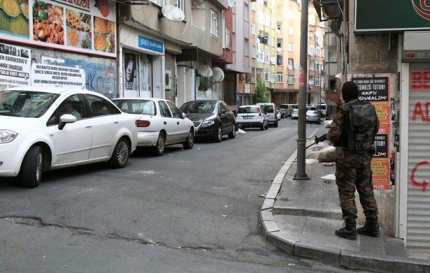 <p>İstanbul'da sabah saatlerinde başlayan ve 26 ilçede terör örgütlerine yönelik devam eden eş zamanlı operasyona yaklaşık 5 bin polisin katıldığı öğrenildi.<br /> </p>