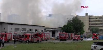 Çalıştıkları fabrikanın yandığını gören işçiler gözyaşlarını tutamadı