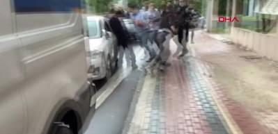 Küçük yaştaki kızları taciz edenleri tekme tokat dövdüler