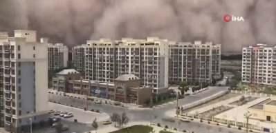 Yüksekliği 100 metreyi aştı! Şehri kum fırtınası vurdu