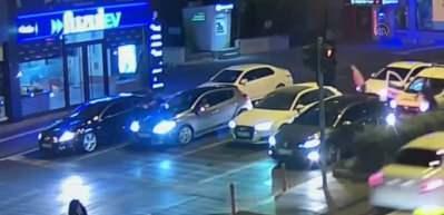 Polisin otomobilin kaputunda sürüklenmesi MOBESE kamerasında