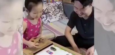 Kızına kartondan oyuncak yapan baba
