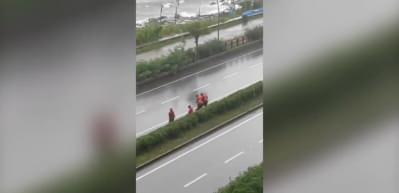İşçilerin yağmur altında horon keyfi