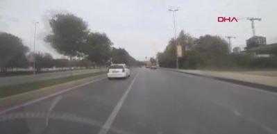Kırmızı ışıkta geçen yayalara çaptı, kaza anı araç kamerasına yansıdı