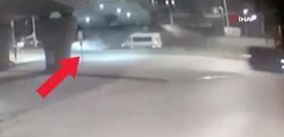 Üç kişiye mezar olan feci kaza anı kamerada! Lüks otomobil kağıt gibi ezildi