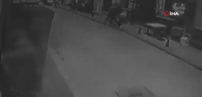 Beyoğlu'nda hareketli anlar: Polisten kaçan motosikletliyi bir tekmeyle yere serdi
