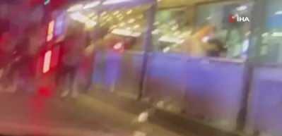 Araçtaki kişilere bardak fırlattı, tekme tokat dövüldü! O anlar kamerada