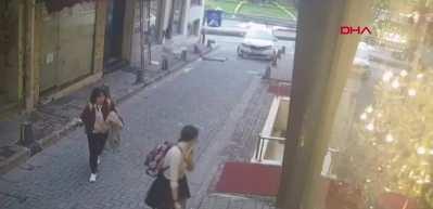 Kaldırımda yürüyen turistler kazadan saniyelerle kurtuldu