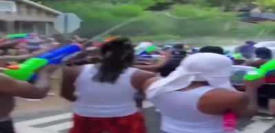 ABD'de protestocular polislere su tabancalarıyla saldırdı