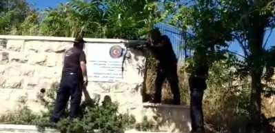 İsrail barbarlığına Türkiye'den peş peşe tepkiler! Türk bayraklı levhayı balyozlarla parçaladılar