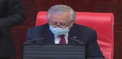 Mecliste tarihi an... Milletvekilleri ayakta alkışladı