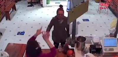Babaanne torununa şişe fırlatan kadını masayla dövdü! Kavga anı kameraya böyle yansıdı