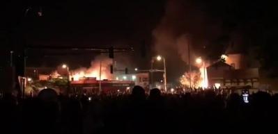Trump 'vururum' dedi: Göstericiler polis merkezini ateşe verdi