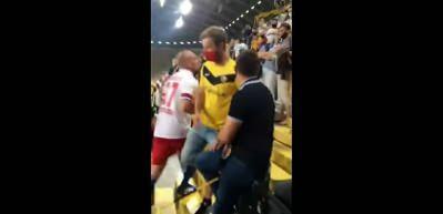 Maçın ardından tribüne çıkıp rakip taraftara saldırdı!
