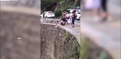 Fotoğraf uğruna çocuğunu uçurumdan sarkıtan baba pes dedirtti!