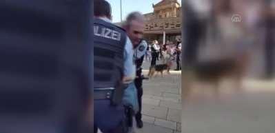 Alman polisinin görme engelli kişiye şiddet!