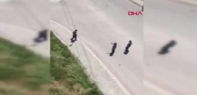 Ambulansa taş atıp, polisin başına kürekle vurdu! O anlar kamerada...