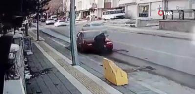 Aracı yanan sürücünün yardımına polis yetişti, o anlar güvenlik kamerasına yansıdı